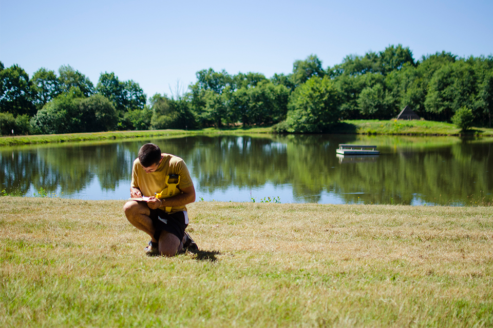 daniel parnitzke sketching in front of the lake in boisbuchet